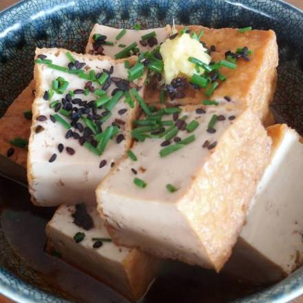 Atsuage no nimono: Frittierter Tofu in herzhaft-süßer Sauce