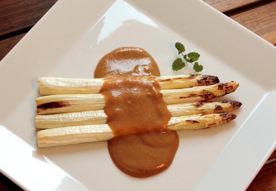 Gegrillter Spargel mit Sauce