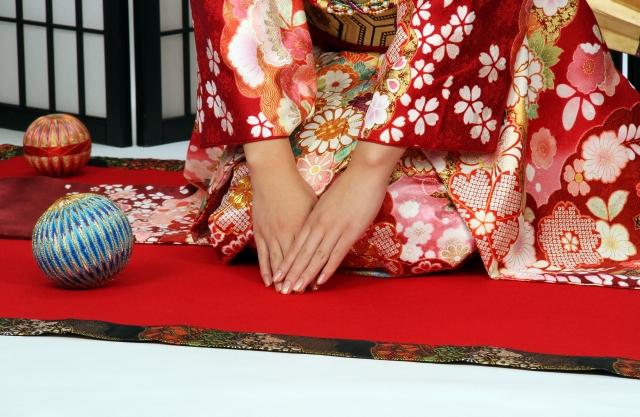 Kniende Frau im Kimono