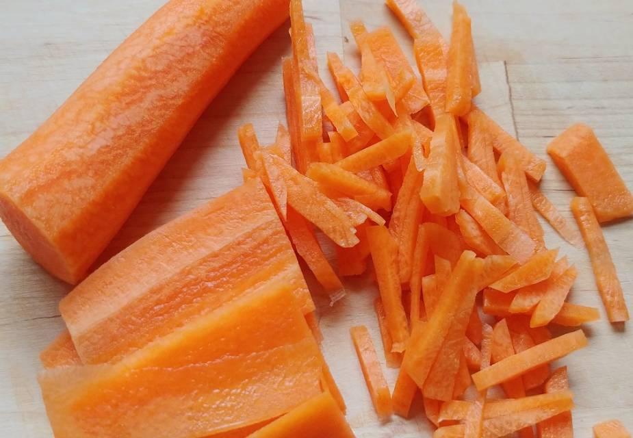 Karottenstifte für Reis mit Edamame