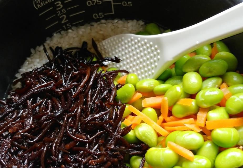 für Reis mit Edamame alle Zutaten im Reiskocher kochen