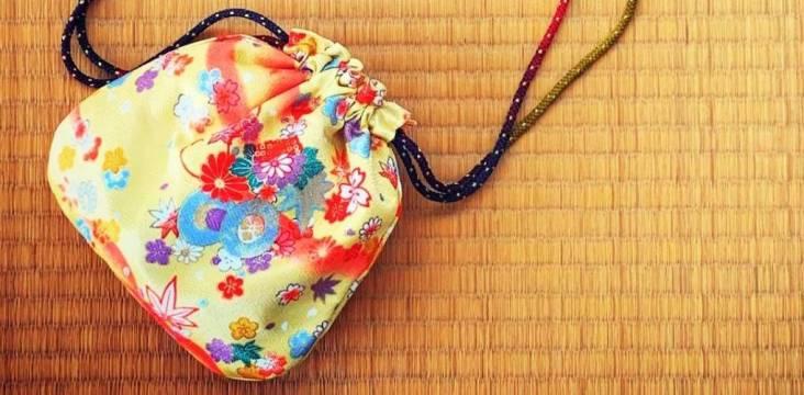 Japanischer Tragebeutel mit Blumenmuster auf Tatami-Matten