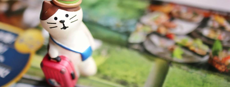"""Spielzeugkatze mit Koffer als Symbol für """"GoTo Travel""""-Kampagne"""