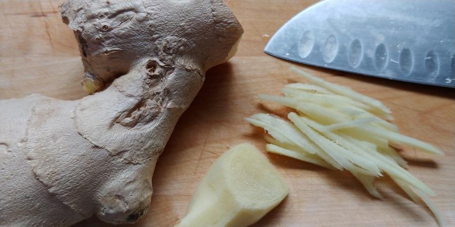 Fein geschnittener Ingwer für die Sauce