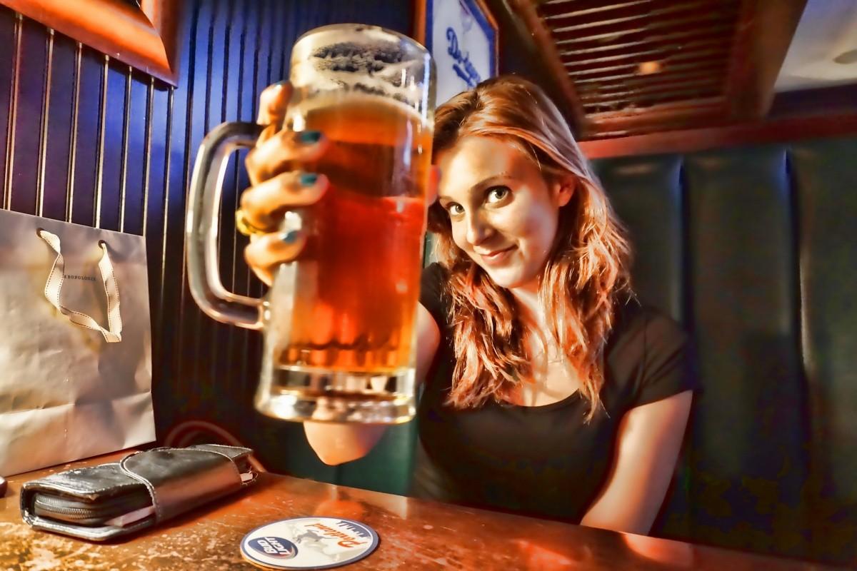Frau mit Bier in der Hand