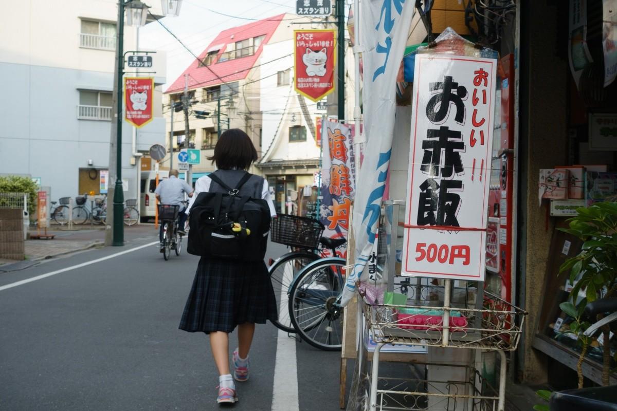 Schülerin auf Straße