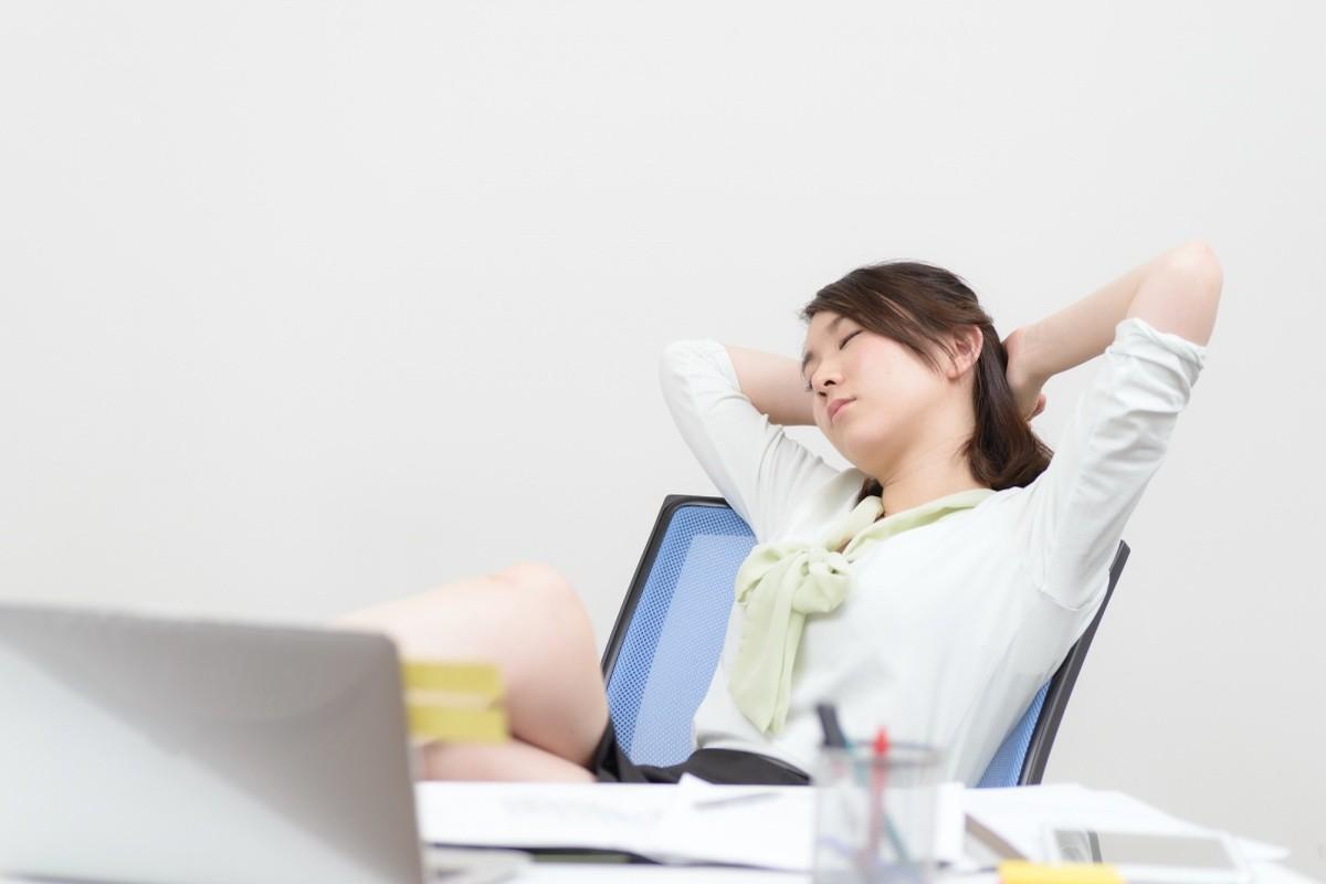 Frau, die am Arbeitsplatz schläft