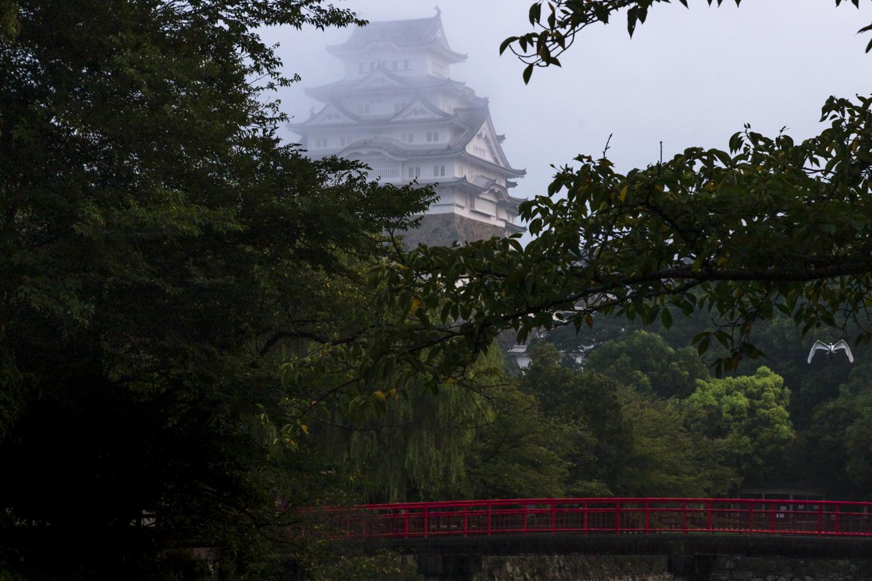 Burg Himeji und weißer Reiher im Morgennebel