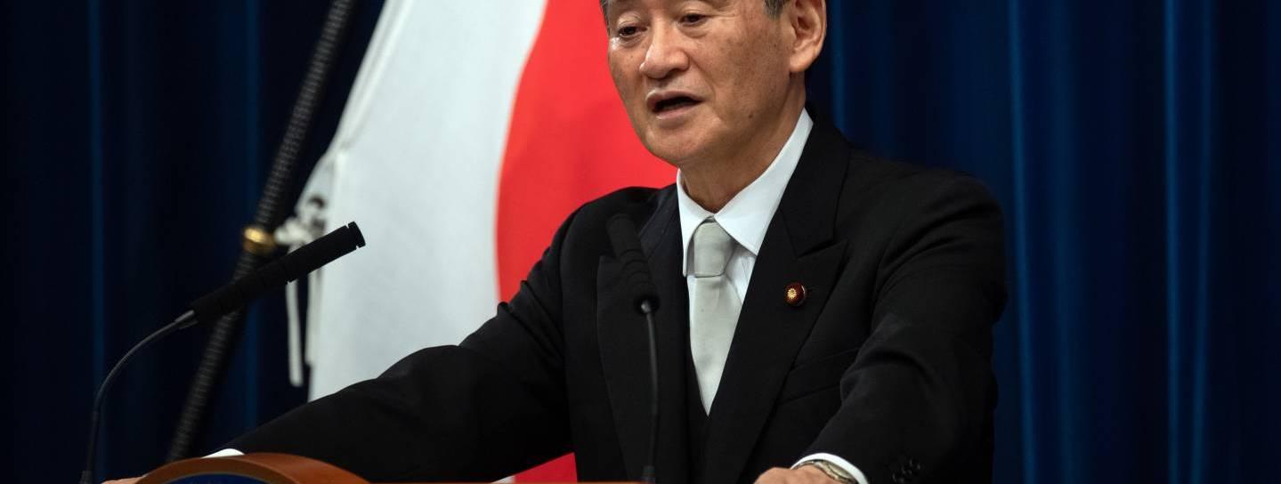 Yoshihide Suga am Rednerpult
