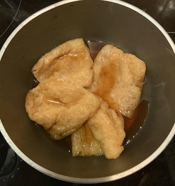 Frittierte Tōfu-Taschen vom Öl befreien