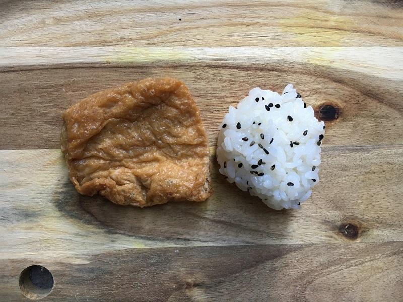 Frittierte Tōfu-Tasche und Reisbällchen für Füllung
