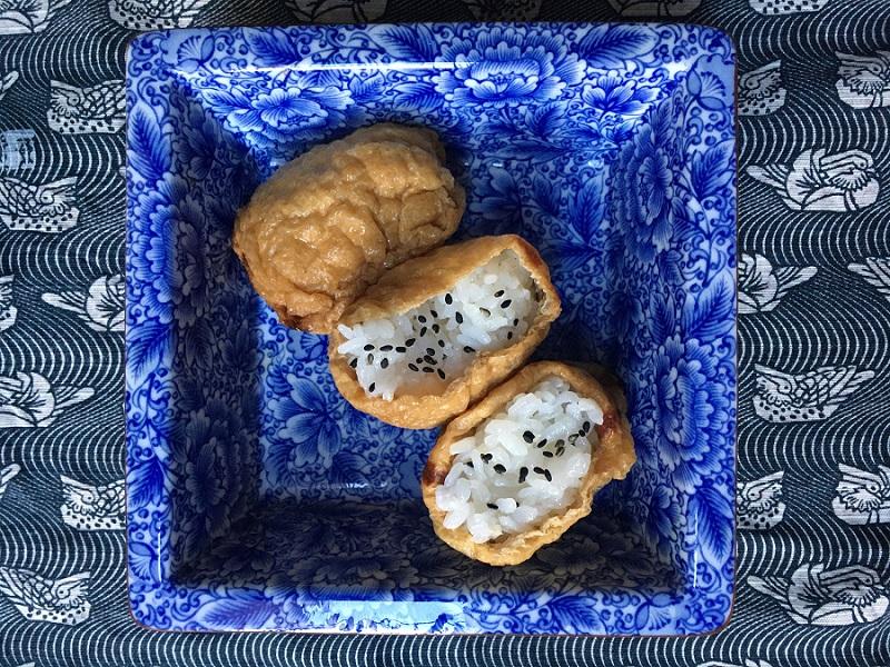 Gefüllte Inari-Sushi auf Teller