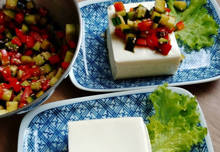 Tofu-Salat anrichten