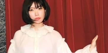 Kawakami Mieko vor rotem Vorhang