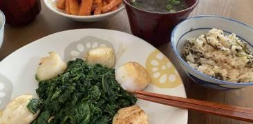 Gebratene Jakobsmuscheln und Spinat in Sojasaucen-Butter