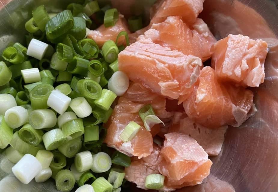 Gebeizter Lachs Zubereitung: alle Zutaten mischen