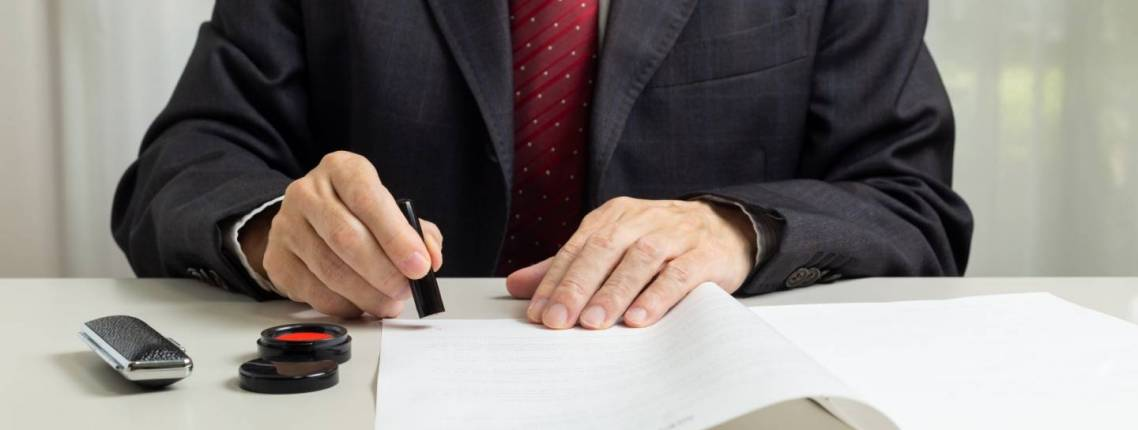 Angestellter stempelt Dokumente