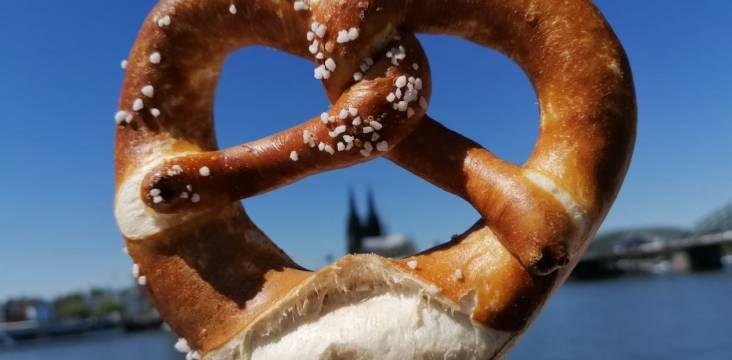 Brezel vor dem Kölner Dom
