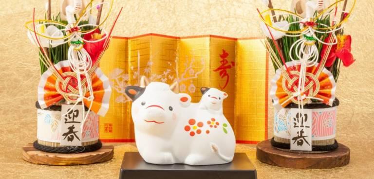 Kadomatsu und Kuh-Figur