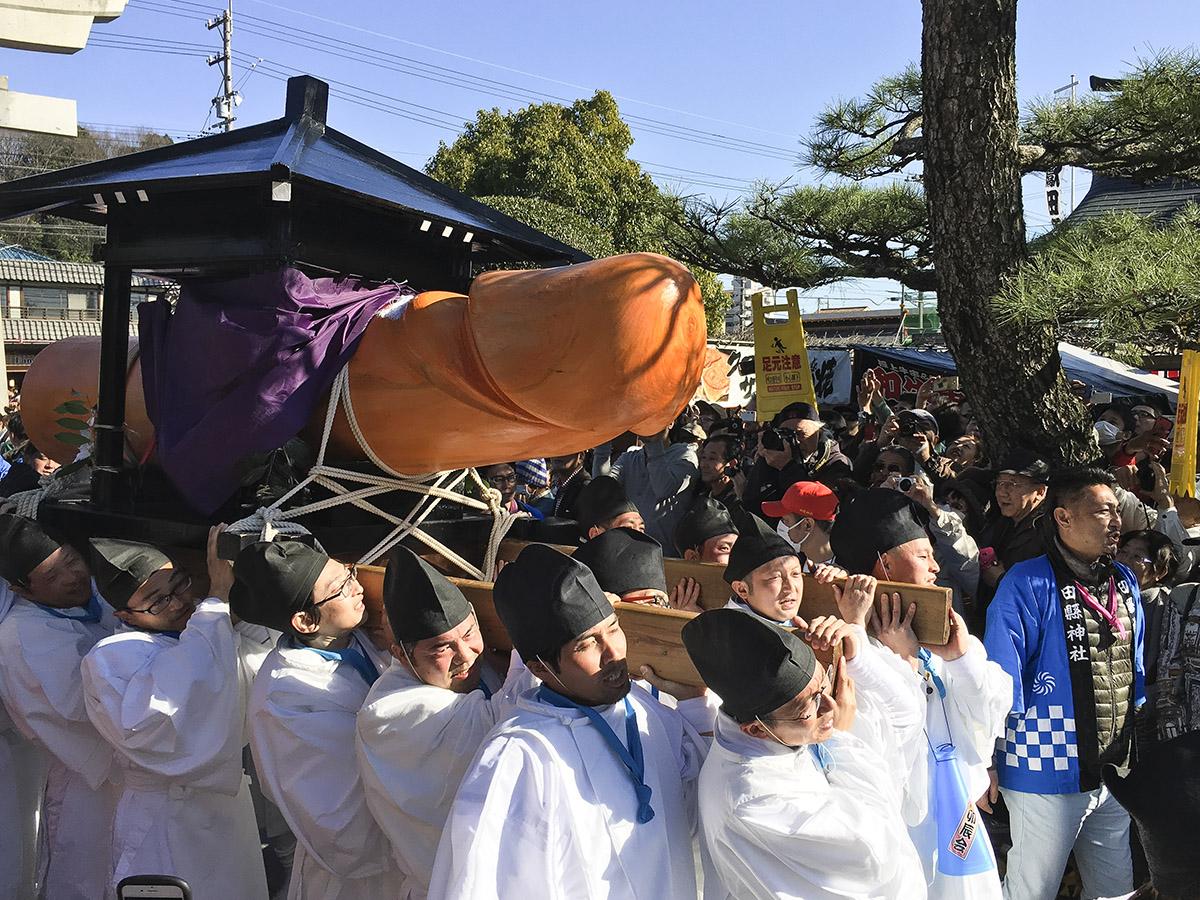 Hōnen Matsuri (Prozession mit Riesen-Penis)
