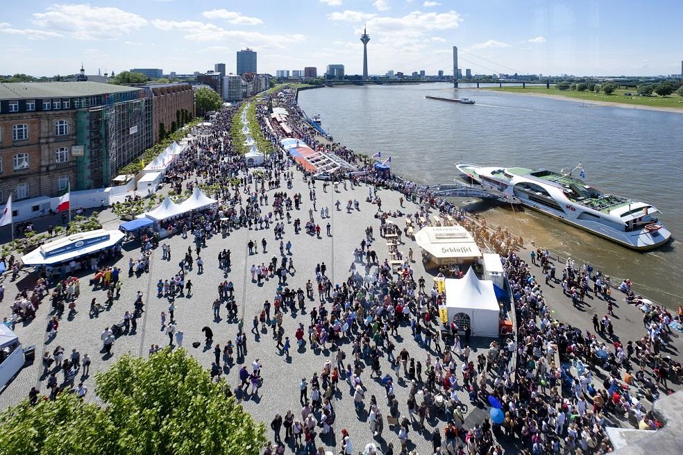 Der Japan-Tag an der Düsseldorfer Rheinpromenade.