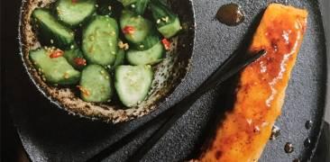 Janina Uhses Lachs mit Miso-Butter und Gurkensalat