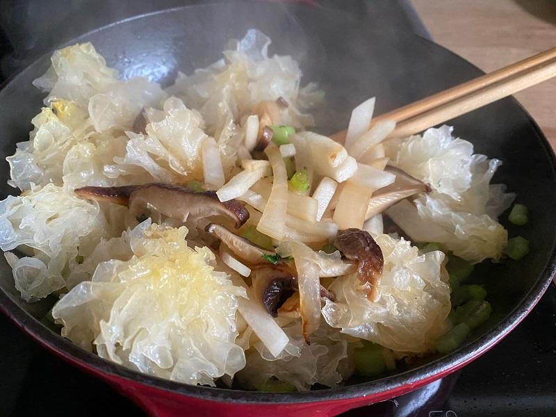 Pilze und Rettich anbraten