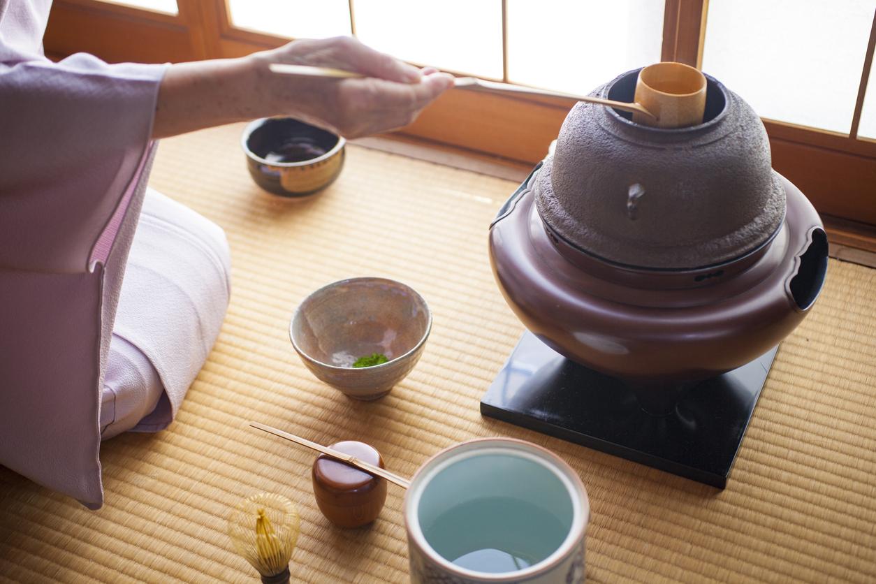 Schöpfen heißen Wassers bei der Teezeremonie
