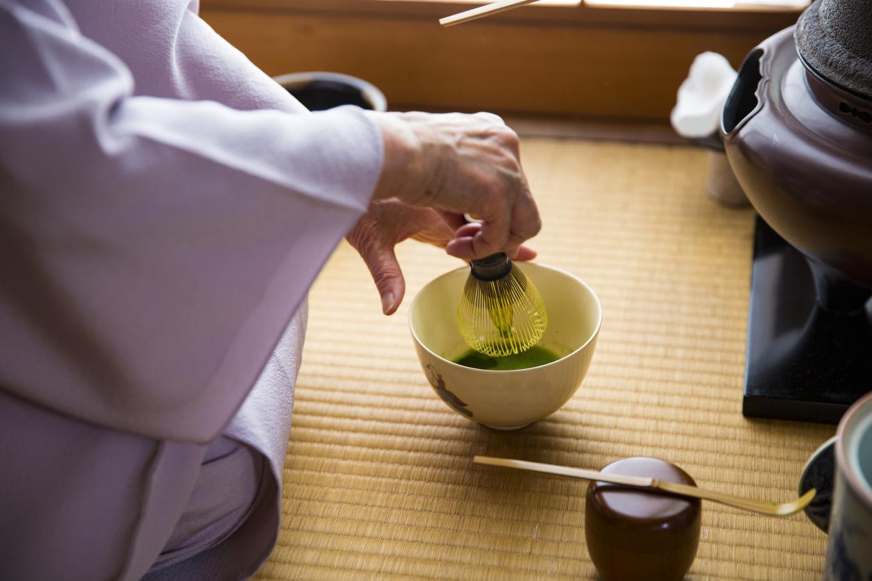Anrühren des Tees bei der Teezeremonie