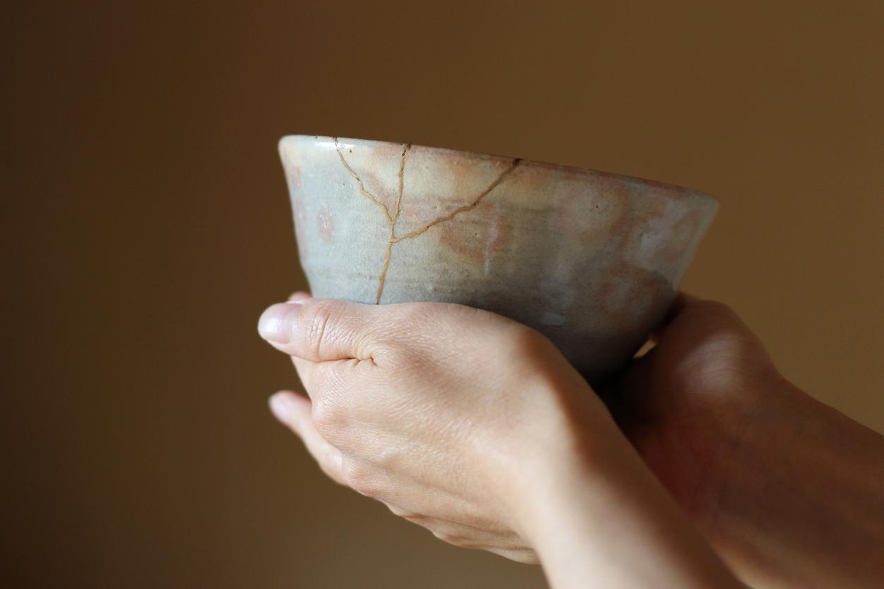Drehen der Teeschale bei der Teezeremonie