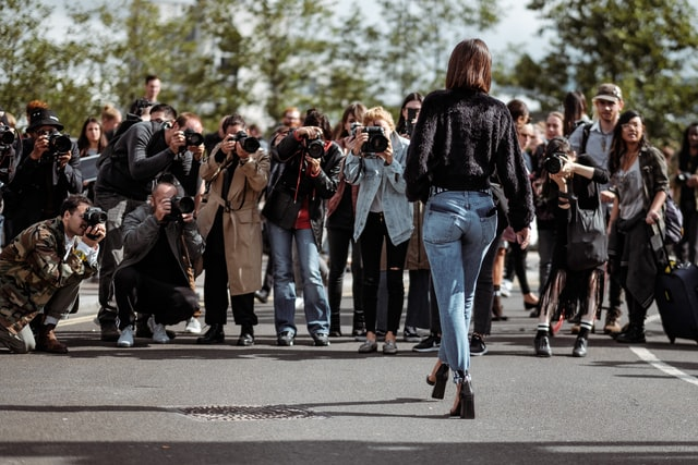 Model vor Paparazzi