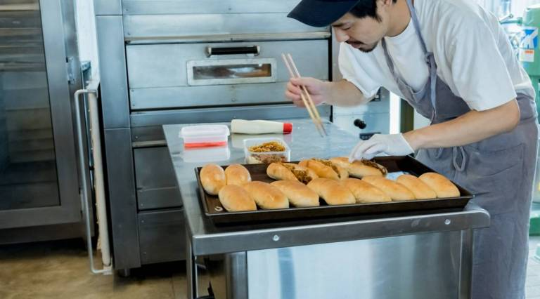 Bäcker macht Yakisoba Pan