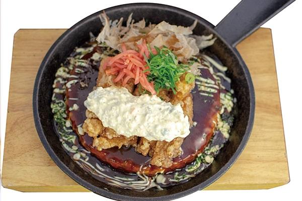 Okonomiyaki mit frittiertem Hähnchen-Topping