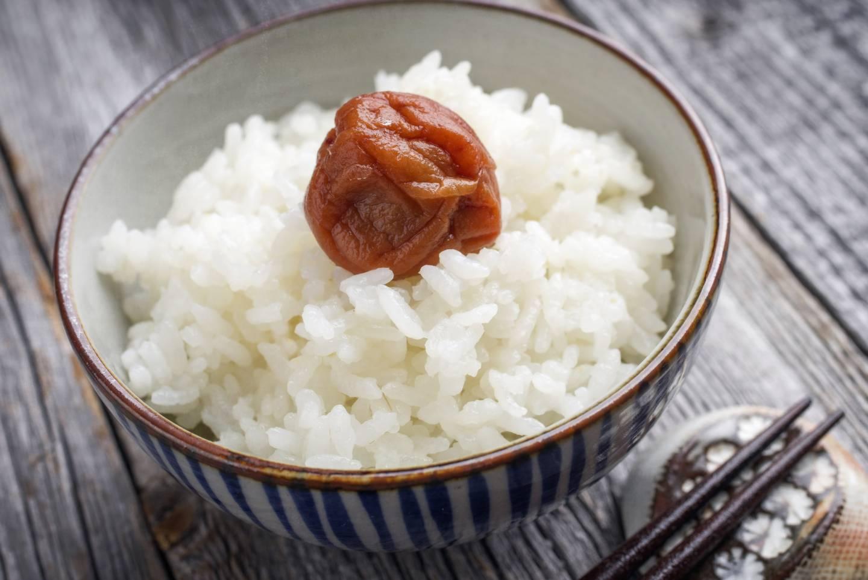 Reis mit eingelegter Pflaume