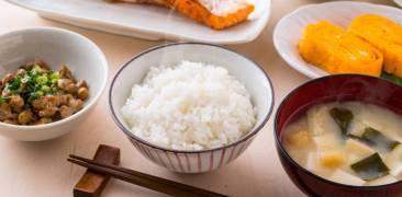Japanisches Frühstück mit Fisch, Reis und Mist-Suppe