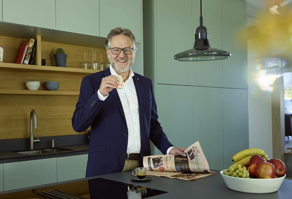 Eberhard trinkt in der Küche ein Fläschchen Yakult