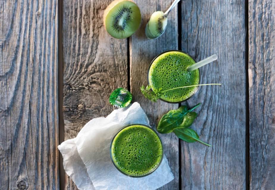 Yakult-Smoothie mit aufgeschnittener Kiwi