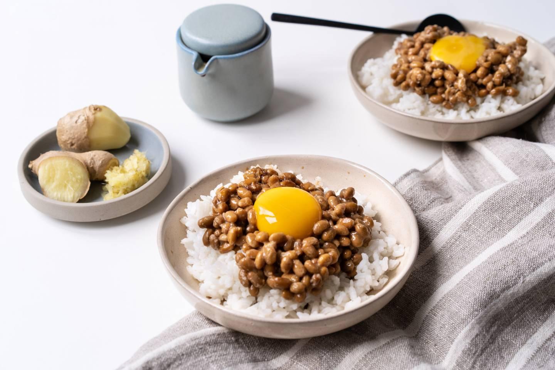 Nattō mit Ei auf einer Schüssel Reis
