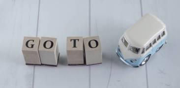 """Bauklötze (""""Go to"""") und Spielzeugauto"""