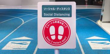 Abstandsregeln am japanischen Flughafen