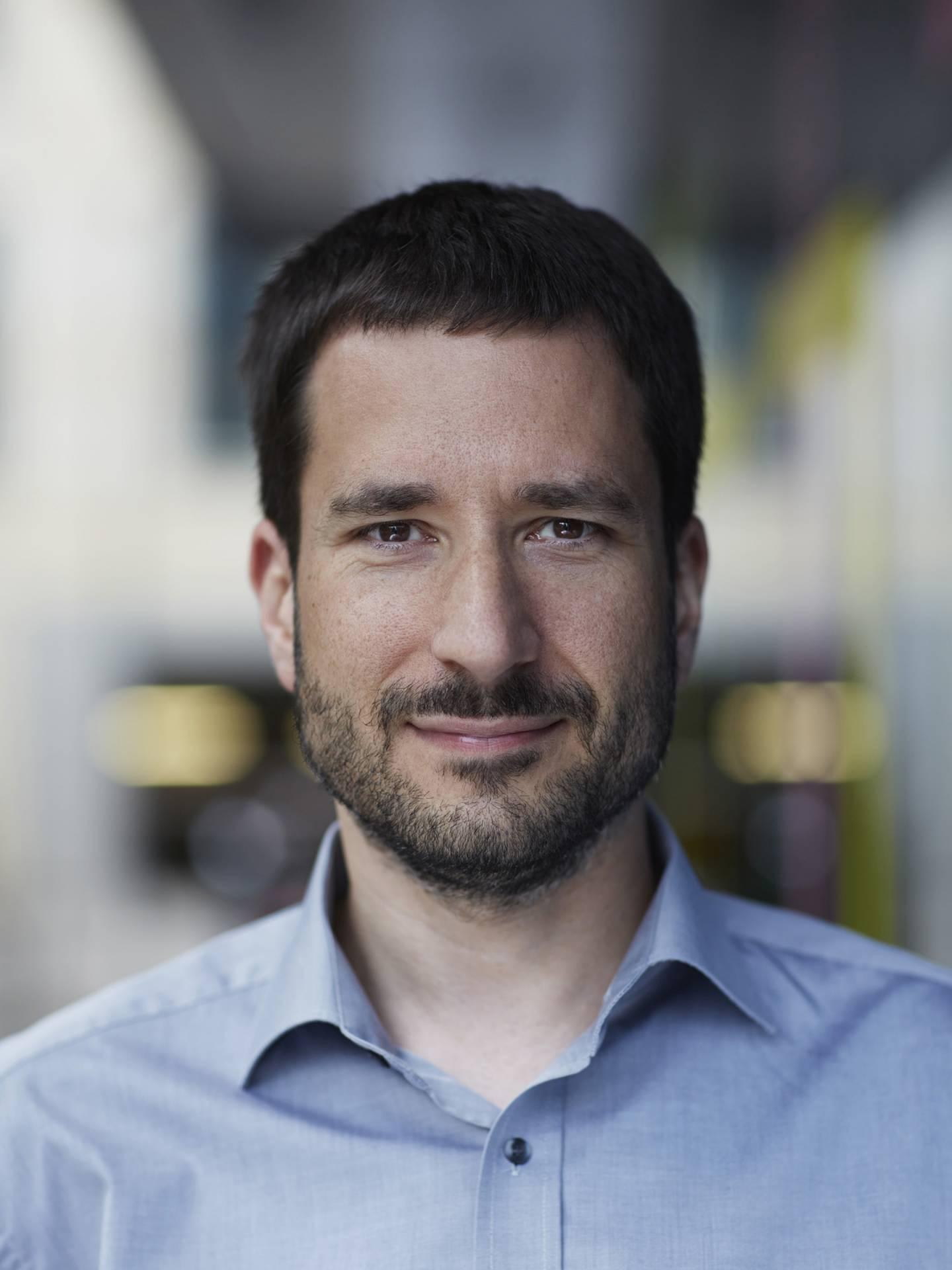 Autor Axel Schwab, blaues Hemd, Lächeln