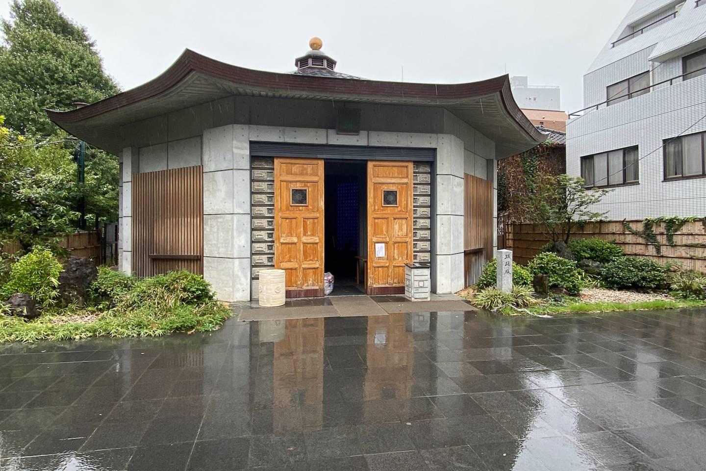 Rechteckige buddhistische Halle am Tempel Kōkoku-ji, regennasser Asphalt