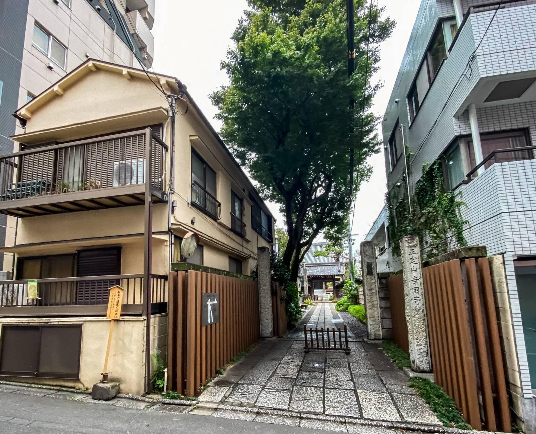 Schmaler Weg zwischen Häuserfassaden zum Tempel Kōkoku-ji