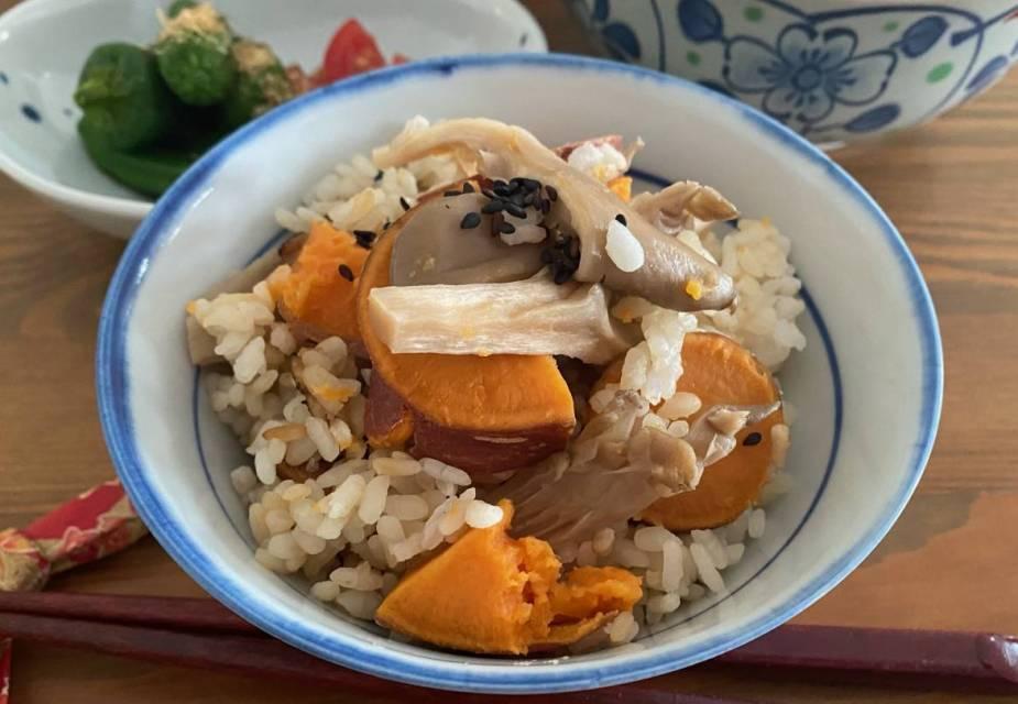Schale gekochter Reis mit Süßkartoffeln, Beilagen im Hintergrund