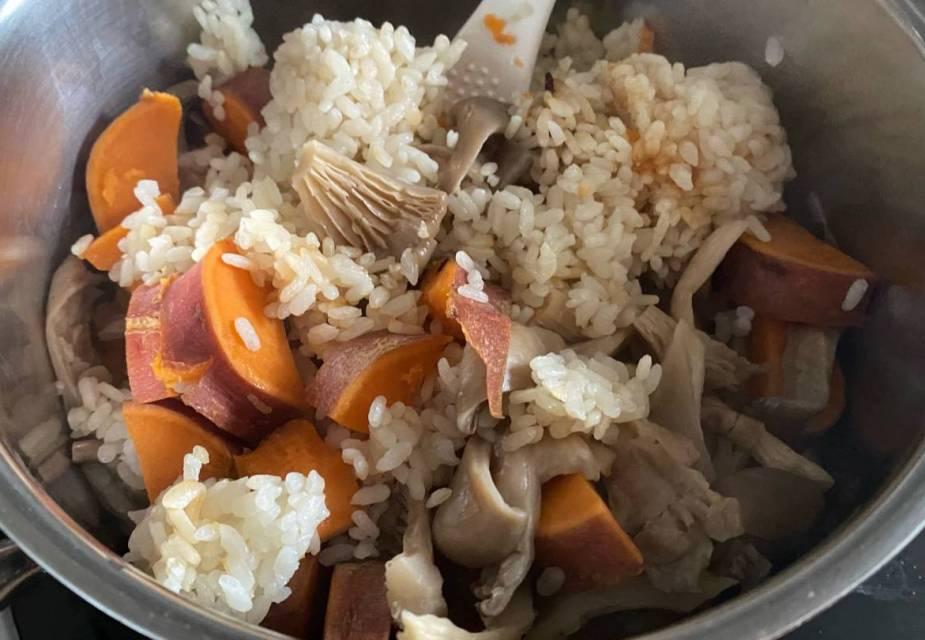 Süßkartoffeln, Reis und Austernpilze im Kochtopf