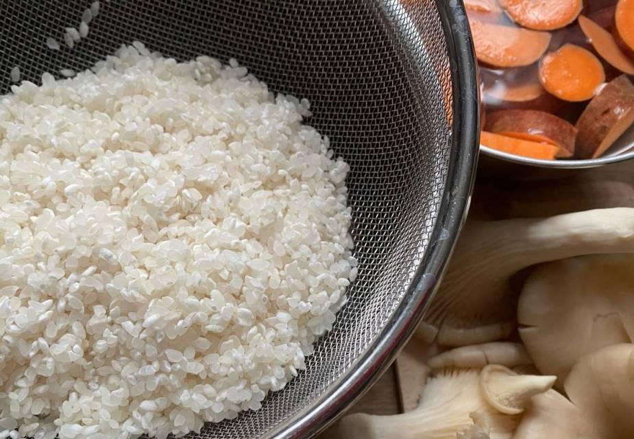 Ungekochter Reis im Sieb, Süßkartoffel in Scheiben geschnitten, Pilze
