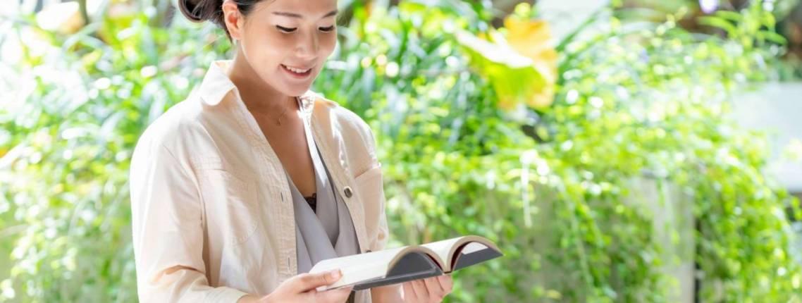 Lesende Frau, Lächeln, Sonnenlicht, Blumen