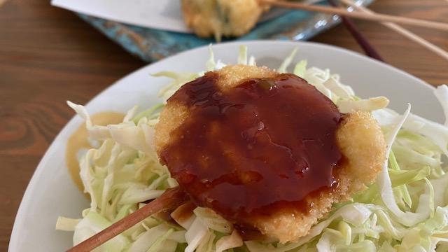 Einmal Kushi-age mit Sauce auf Kohlsalat