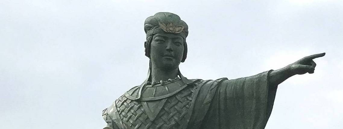 Statue-of-Queen-Himiko-at-Kanzaki-Station
