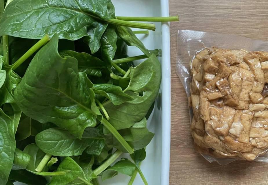 Roher Babyspinat und verpackter, geschnetzelter Tōfu